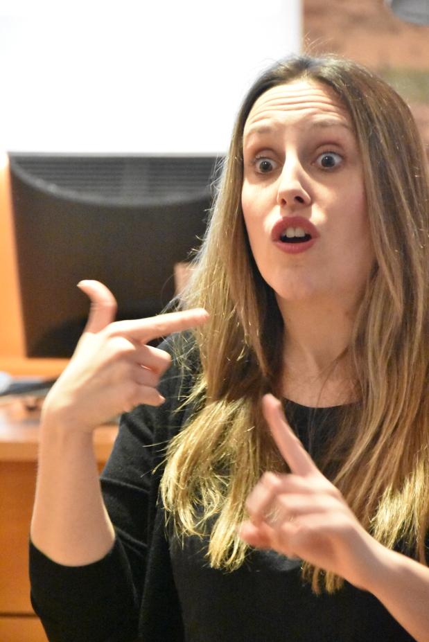 Ana M. Manzano interpretó la charla en lengua de signos española.